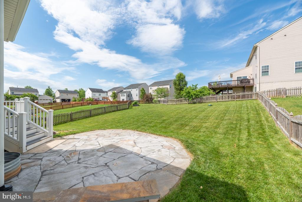 Flagstone patio and large fenced yard - 41 TOWN CENTER DR, LOVETTSVILLE