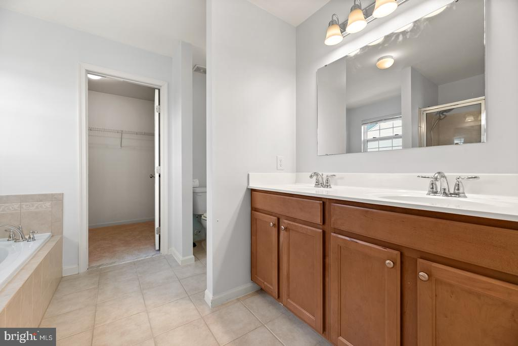Dual vanity. Second walk-in closet. - 41 TOWN CENTER DR, LOVETTSVILLE