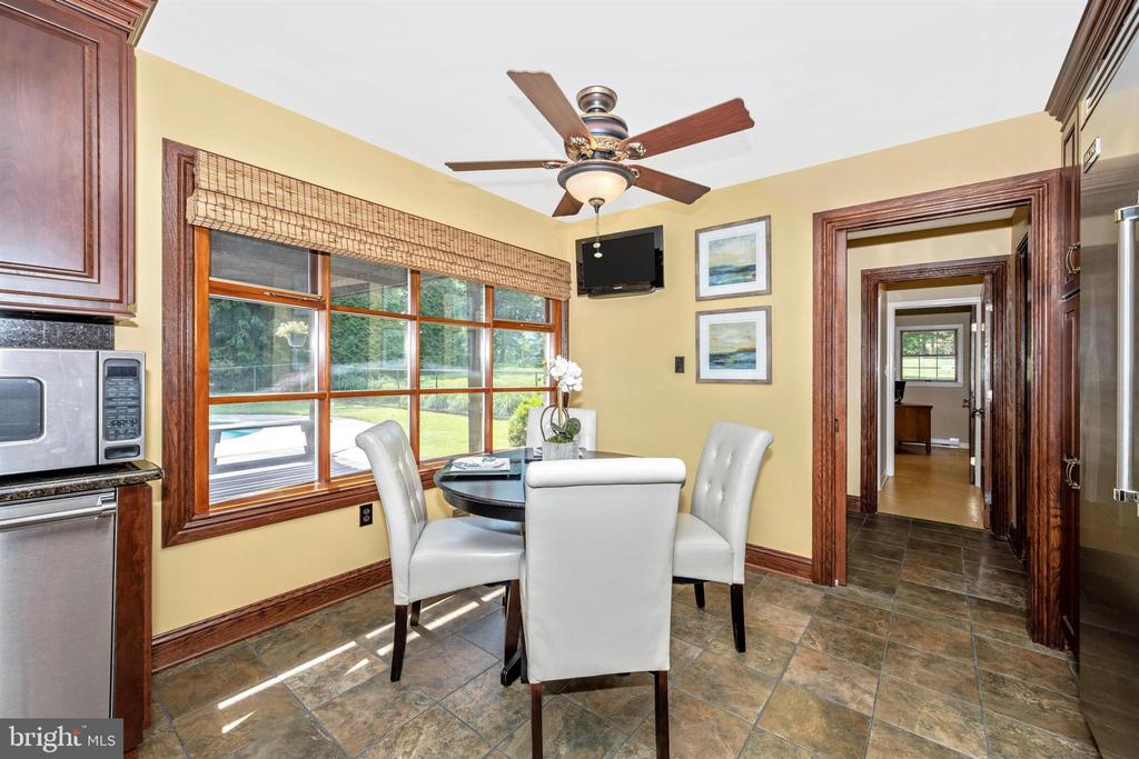 EAT-IN KITCHEN W/ BOW WINDOW & CUSTOM BLINDS - 6914 SUMMERSWOOD DR, FREDERICK