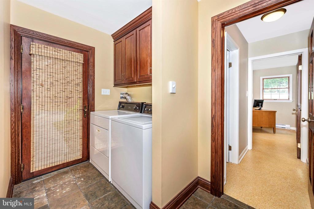 MUD ROOM & LAUNDRY W/ POCKET DOOR TO KITCHEN - 6914 SUMMERSWOOD DR, FREDERICK