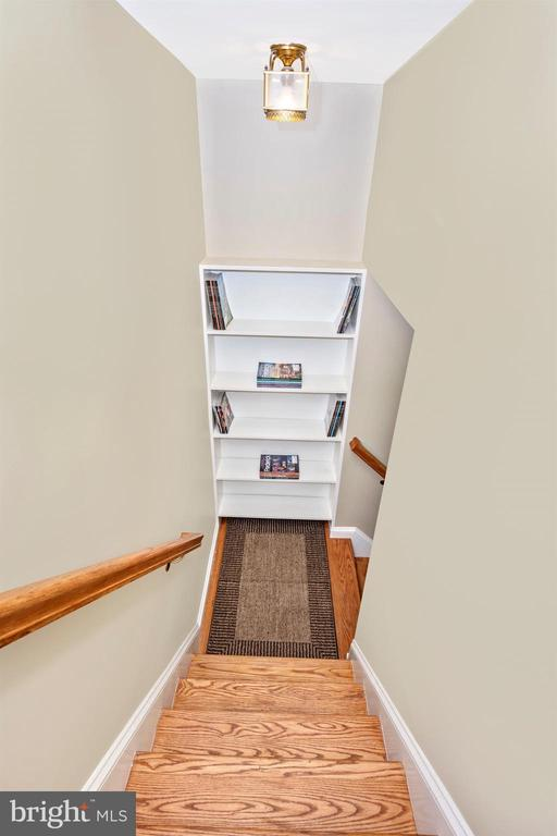OAK STAIRS TO BSMT W/ BUILT-IN SHELVES AT LANDING - 6914 SUMMERSWOOD DR, FREDERICK