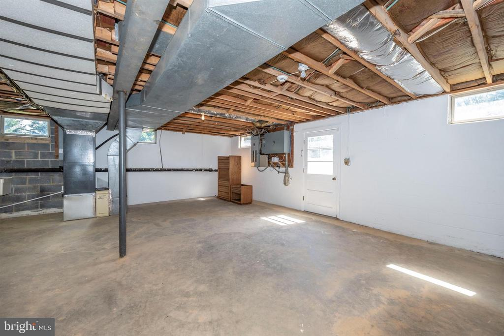 WALKOUT BASEMENT WITH NATURAL LIGHT - 6914 SUMMERSWOOD DR, FREDERICK