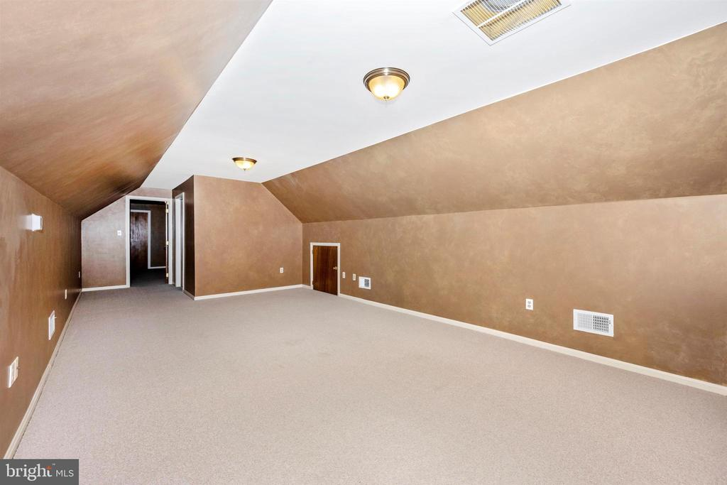 REC. ROOM UPSTAIRS W/ FO LEATHER WALLS & BERBER - 6914 SUMMERSWOOD DR, FREDERICK