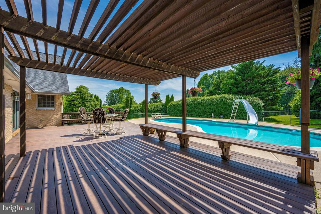 GREAT SHADE FROM THE PERGOLA - 6914 SUMMERSWOOD DR, FREDERICK