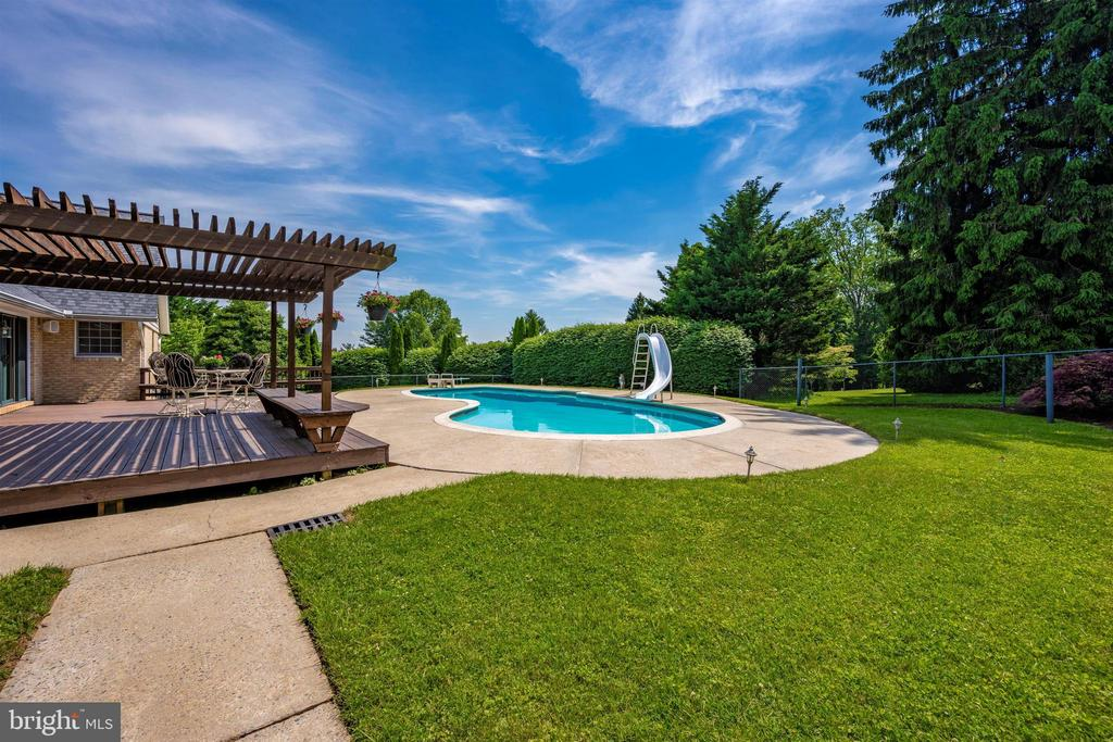 ENTRANCE FROM THE DRIVEWAY TO THE POOL AREA - 6914 SUMMERSWOOD DR, FREDERICK
