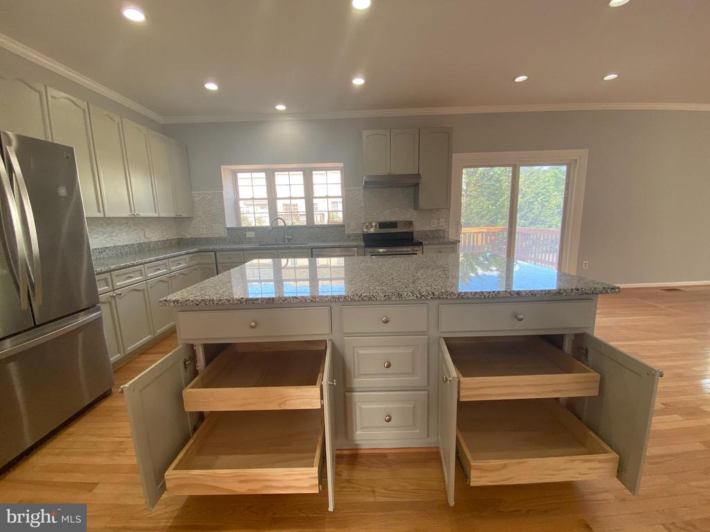 Kitchen View 3 with adjustable drawers all cabinet - 6311 WILLOWFIELD WAY, SPRINGFIELD