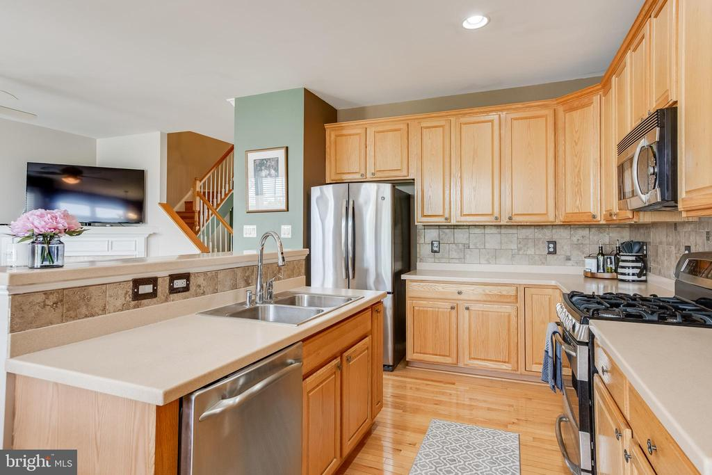Lots of counter space and cabinet storage - 807 VALEMOUNT TER NE, LEESBURG