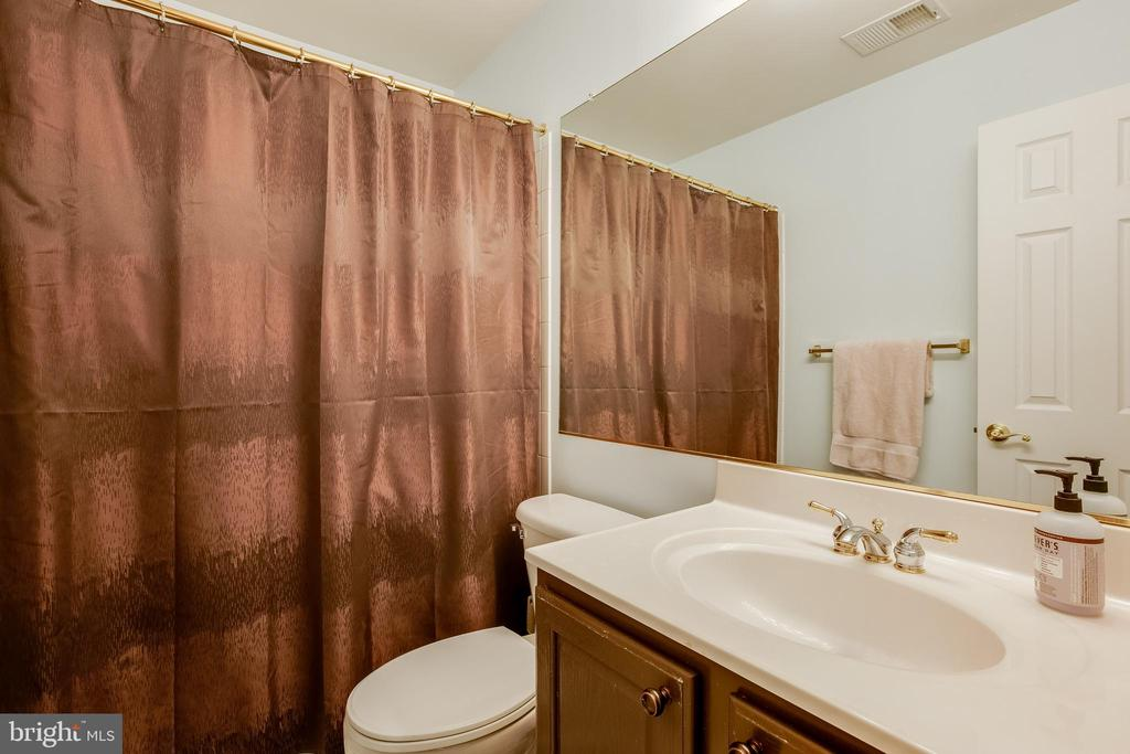 Bedroom level full bath - 807 VALEMOUNT TER NE, LEESBURG