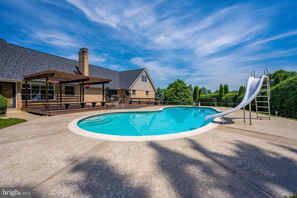 POOL AMENITIES INCLUDE SHALLOW END BUILT IN STAIRS - 6914 SUMMERSWOOD DR, FREDERICK