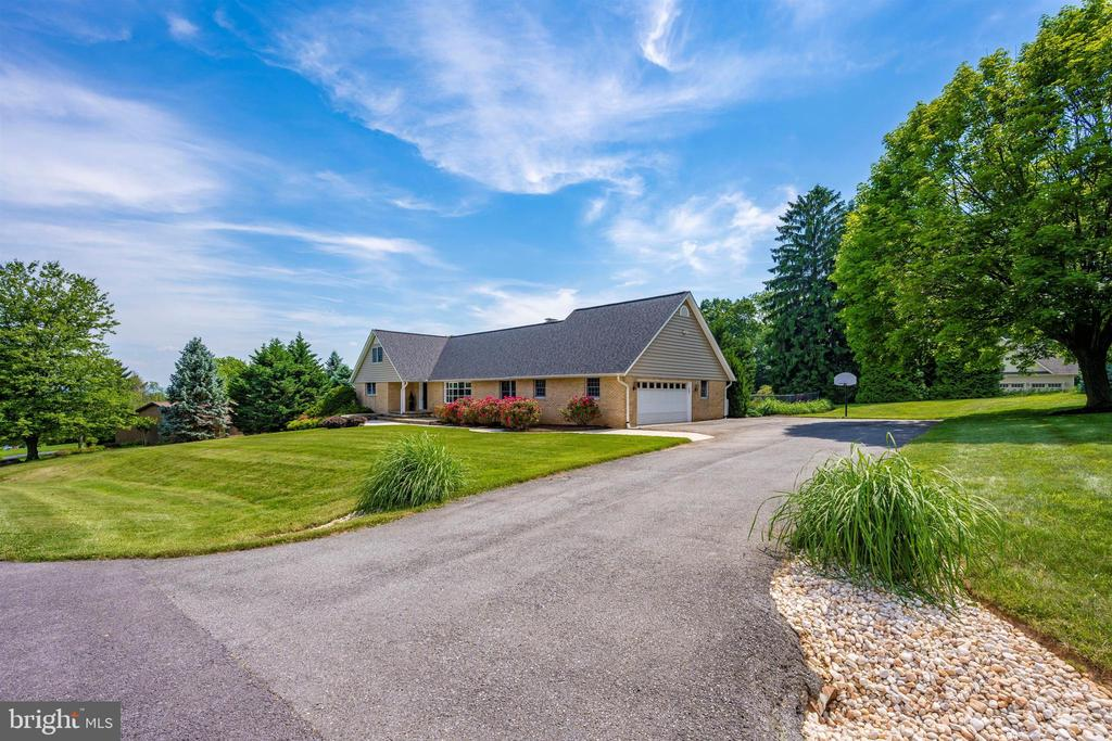 WIDE DRIVE W/ RIVER ROCK & ORNAMENTAL GRASSES - 6914 SUMMERSWOOD DR, FREDERICK