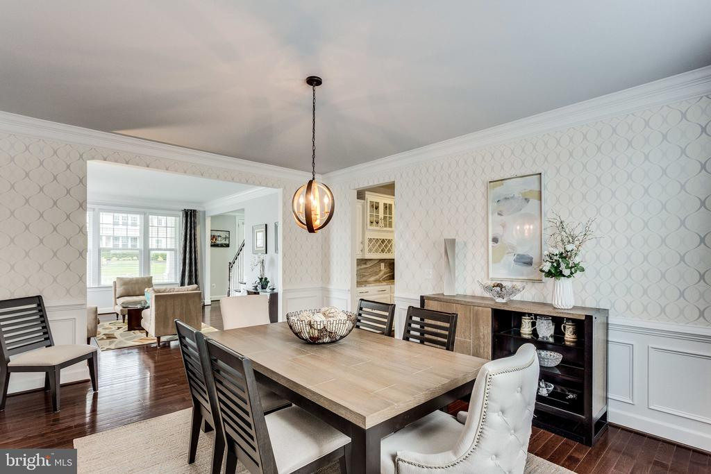 Decorate Wall Paper and Picture Molding - 41684 WAKEHURST PL, LEESBURG