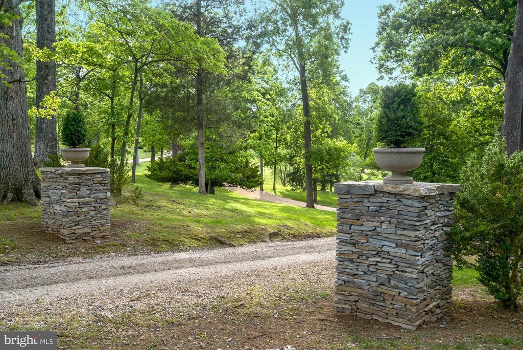 Stone entrance columns at top of pea gravel drive - 8394 ELWAY LN, WARRENTON