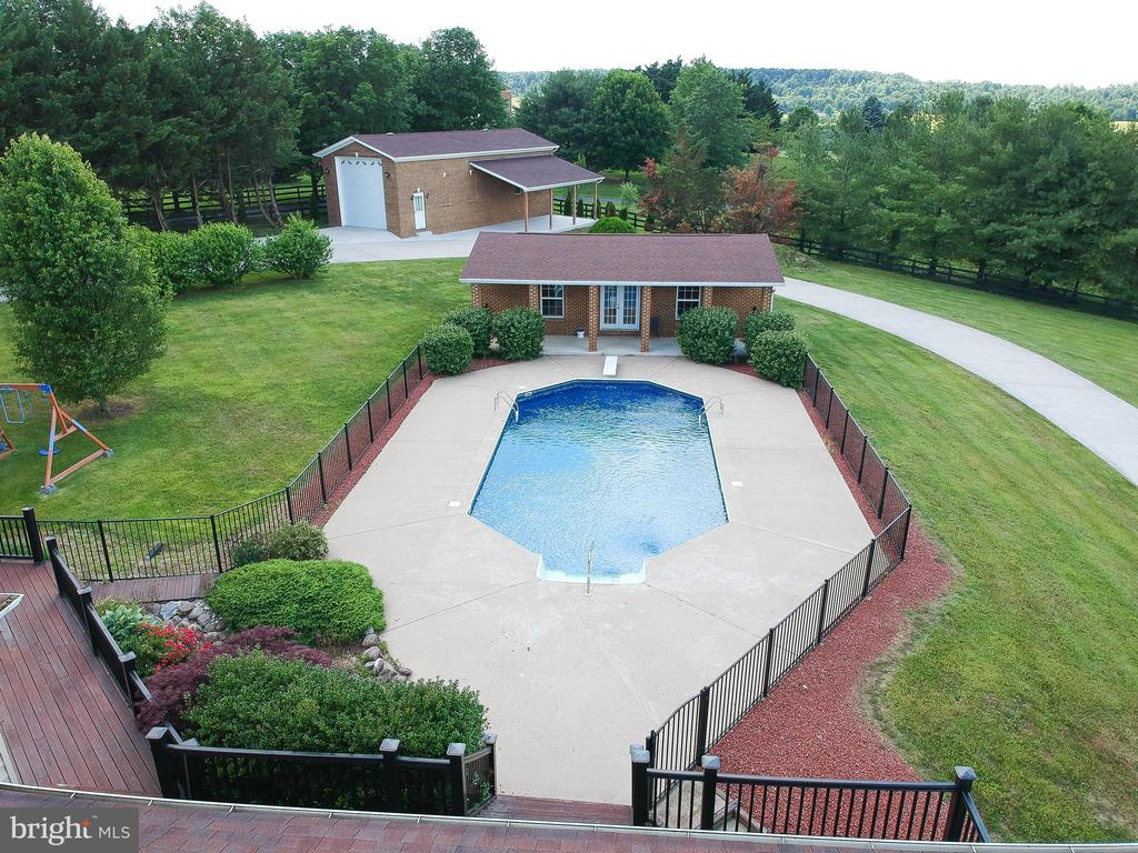 Pool with pool house - 165 UPPER RIDGE RD, WINCHESTER