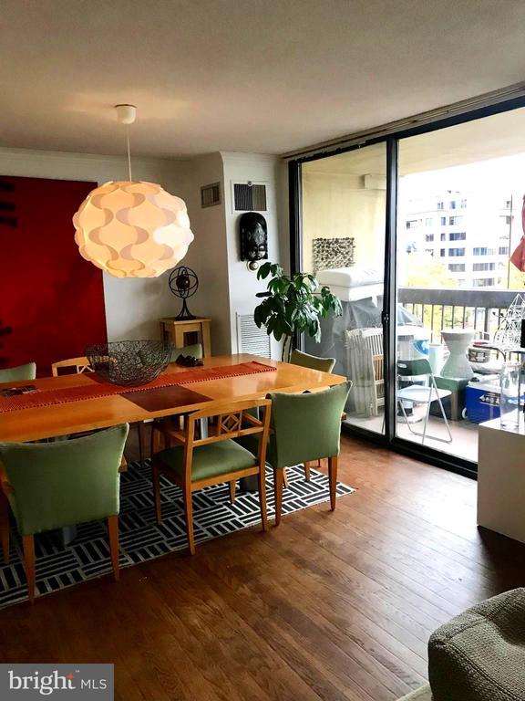 Dining room with hardwood floors, full windows.. - 400 MADISON ST #607, ALEXANDRIA