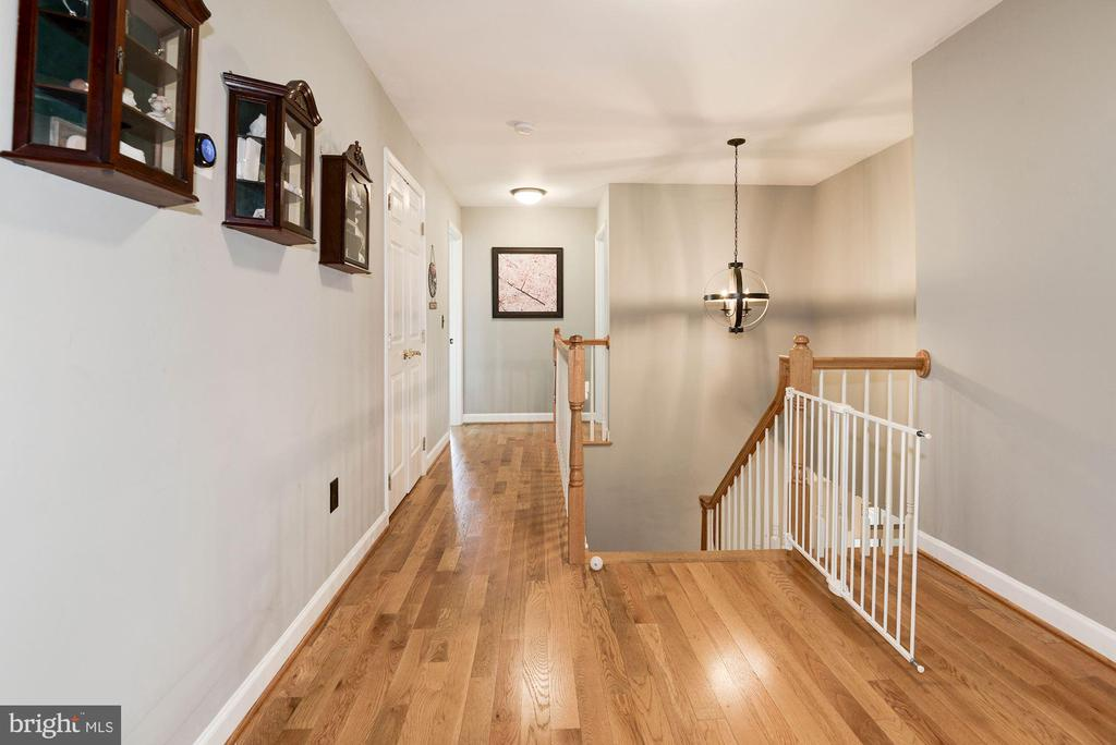 Spacious hall upstairs - 20634 ST LOUIS RD, PURCELLVILLE