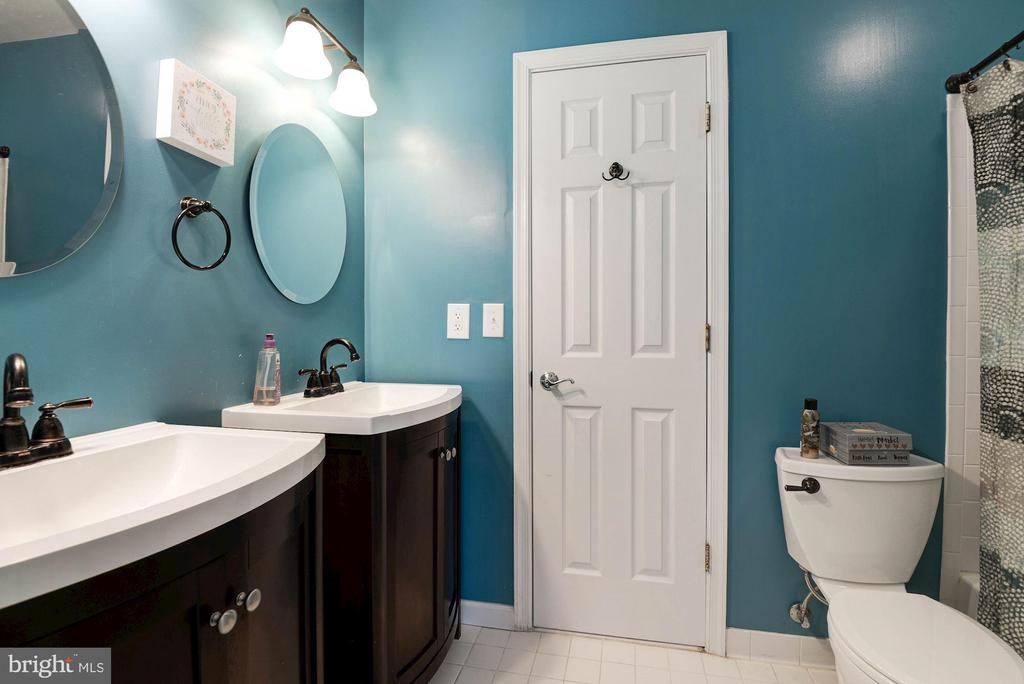 Jack and Jill Bathroom - 20634 ST LOUIS RD, PURCELLVILLE