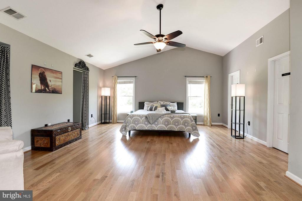 Master bedroom with adjoining suite - 20634 ST LOUIS RD, PURCELLVILLE