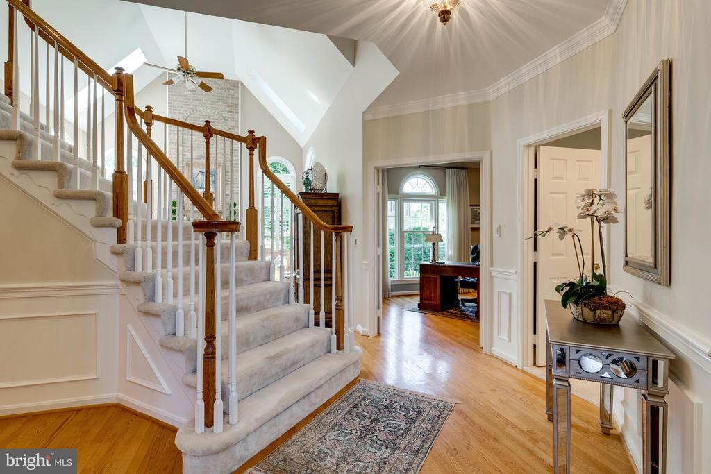 Stairway to Upper Level - 8523 SILVERVIEW DR, LORTON