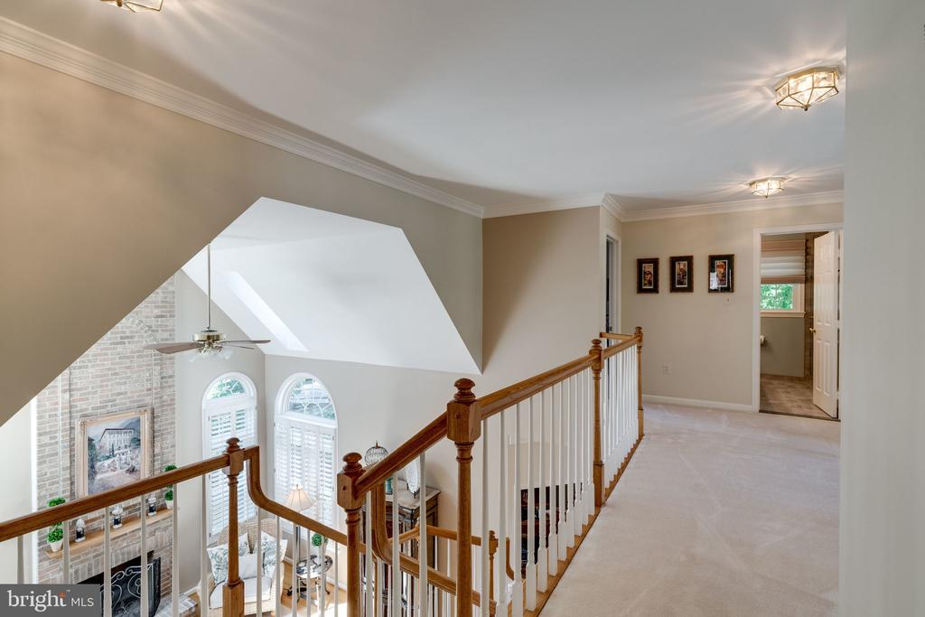 Upper Level Walkway overlooking Family Room - 8523 SILVERVIEW DR, LORTON