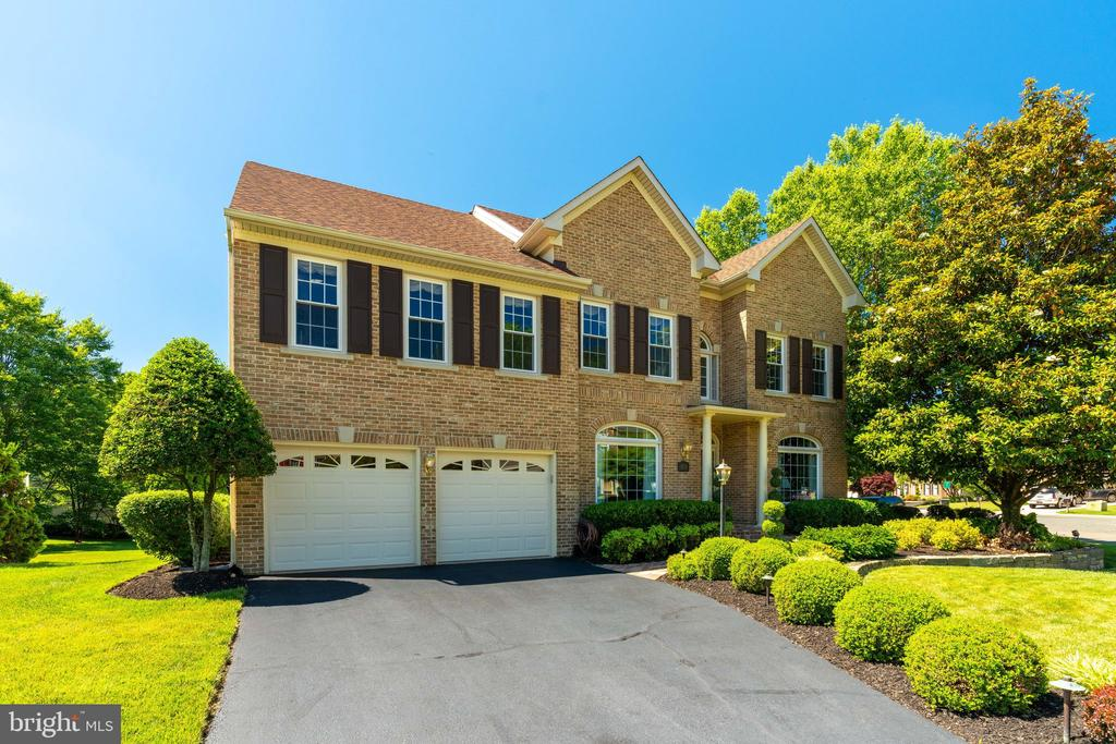 Gorgeous Brick Colonial w/ 2 Car Garage - 8523 SILVERVIEW DR, LORTON