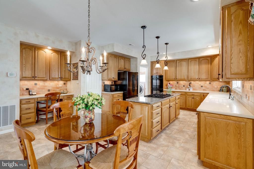 Spacious Gourmet Kitchen with Lots of Cabinets - 8523 SILVERVIEW DR, LORTON