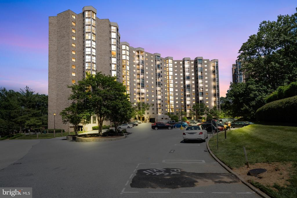 Gracious living - a castle on the hill! - 5903 MOUNT EAGLE DR #610, ALEXANDRIA