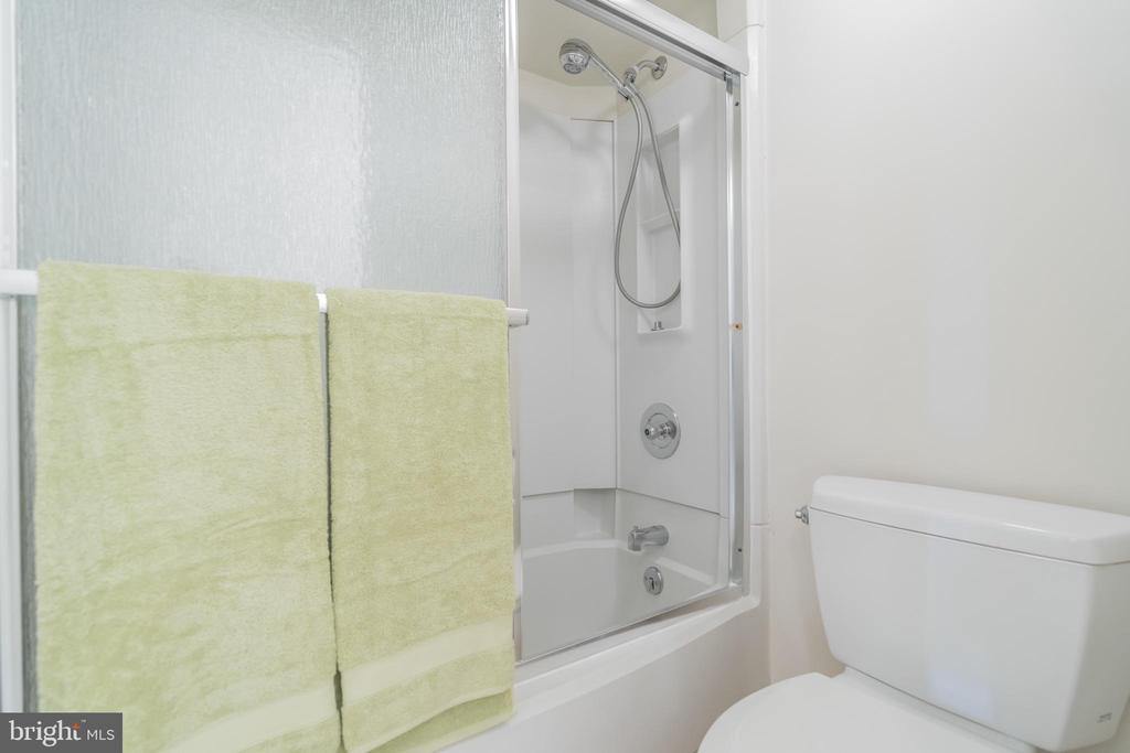 Tub shower with hose - 5903 MOUNT EAGLE DR #610, ALEXANDRIA