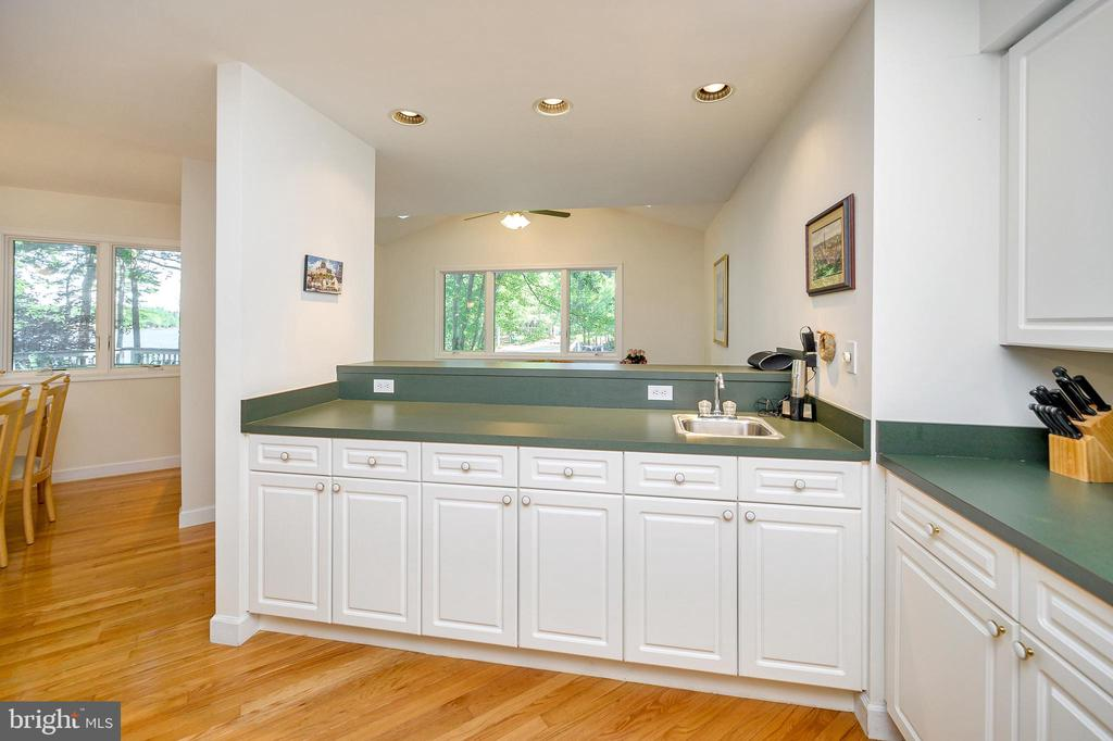 Look Thru Kitchen Pass - 124 BIRCHSIDE CIR, LOCUST GROVE