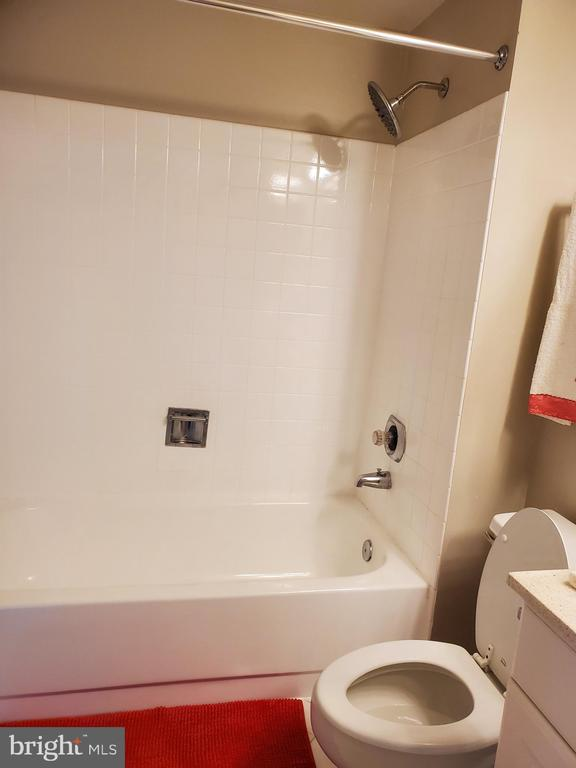 DUAL ENTRY FULL BATH ON BEDROOM LEVEL - 301 S REYNOLDS ST #601, ALEXANDRIA