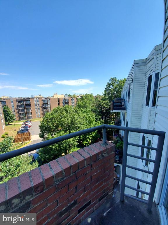 BALCONY VIEW OF BEAUTIFUL TREES AND COMMUNITY - 301 S REYNOLDS ST #601, ALEXANDRIA