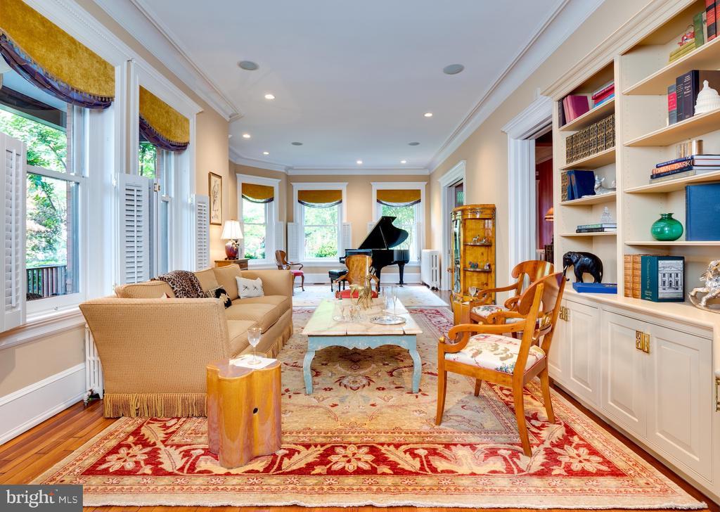 Expansive Living Room - 712 E CAPITOL ST NE, WASHINGTON