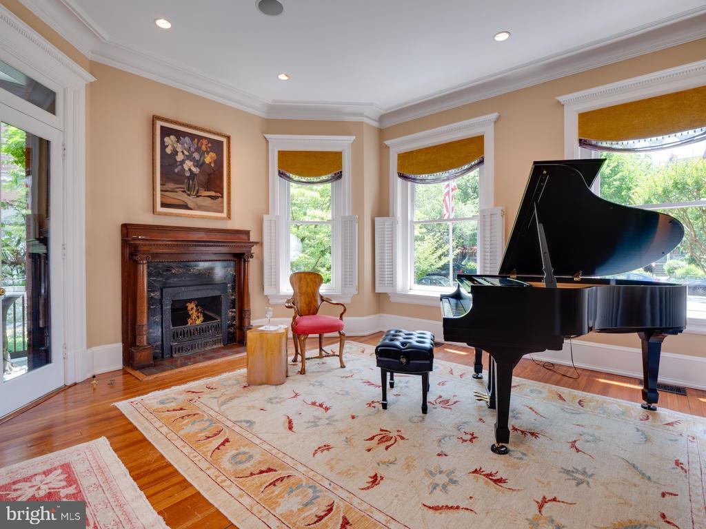 Living Room with gas fireplace - 712 E CAPITOL ST NE, WASHINGTON