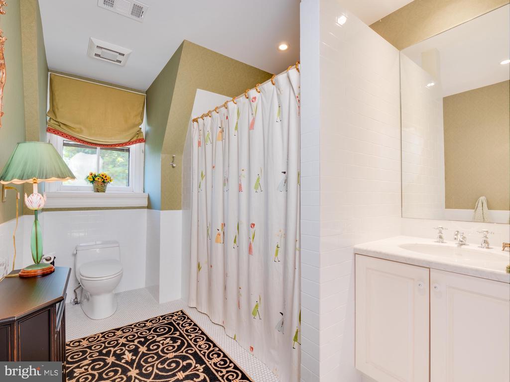 Hall Bathroom on Third Floor - 712 E CAPITOL ST NE, WASHINGTON