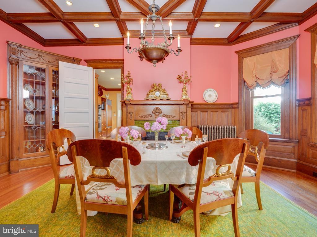 Dining Room with original chestnut paneling - 712 E CAPITOL ST NE, WASHINGTON