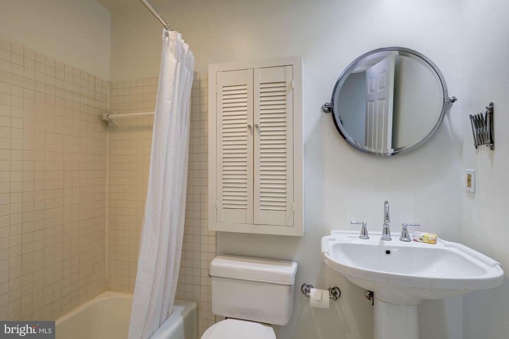 Updated bath w/pedestal sink+ pottery barn mirror - 2153 CALIFORNIA ST NW #306, WASHINGTON