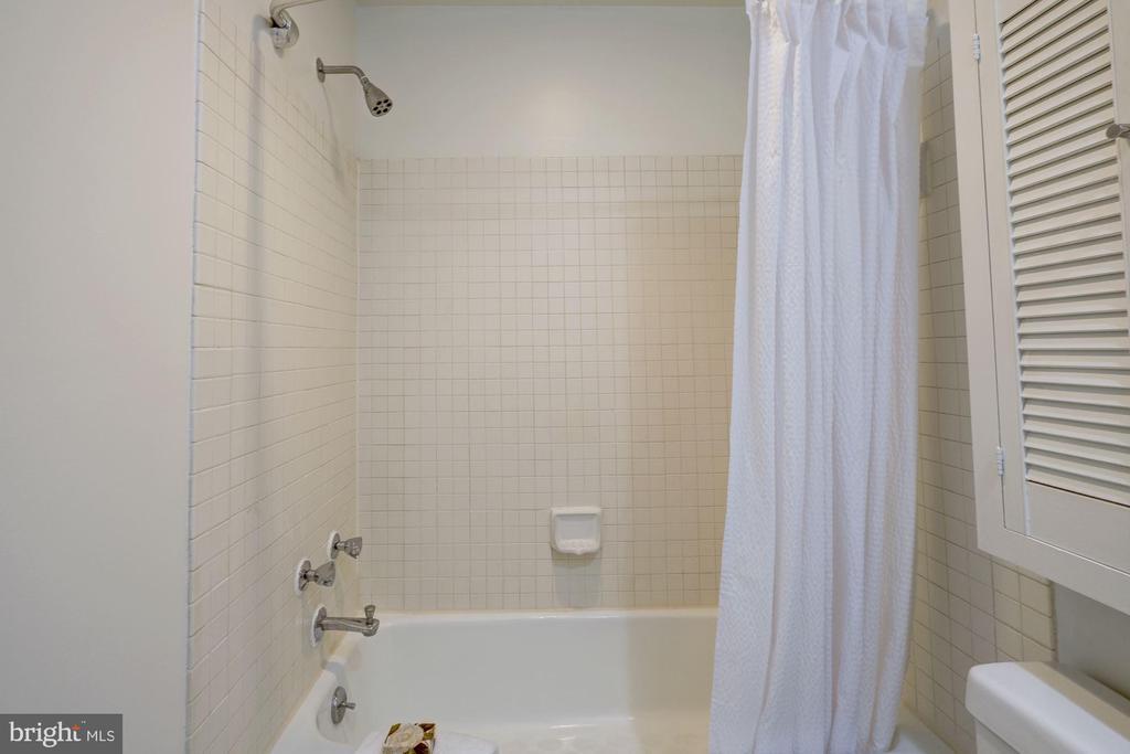 Tiled bath with showertub - 2153 CALIFORNIA ST NW #306, WASHINGTON