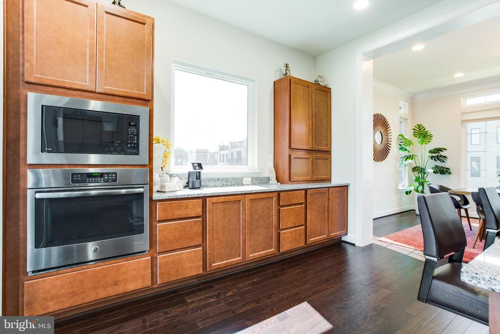 Kitchen w/ SS built in microwave & oven - 23109 COTTONWILLOW SQ, BRAMBLETON