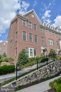 Beautiful large Brittany Model End Unit. - 2529 S KENMORE CT, ARLINGTON