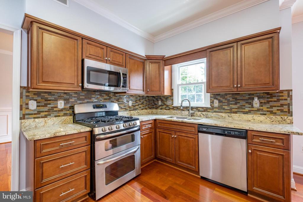 Kitchen w/Stainless appliances - 206 PRIMROSE CT SW, LEESBURG