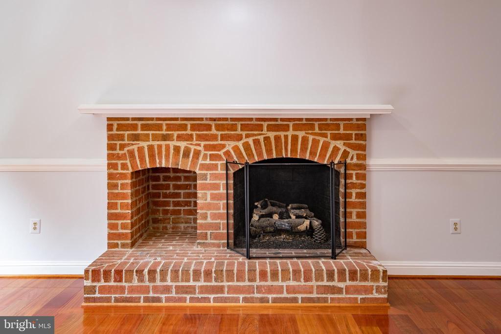 Family Room Fireplace - 206 PRIMROSE CT SW, LEESBURG