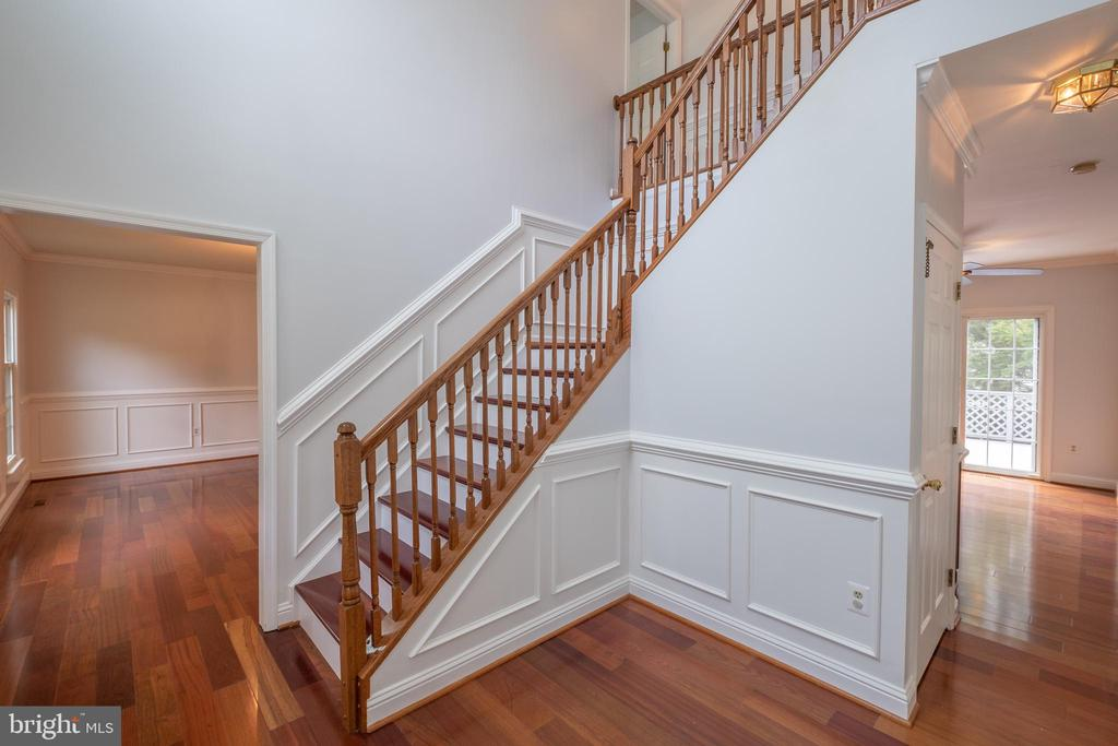 Chair rail and panel moulding - 206 PRIMROSE CT SW, LEESBURG