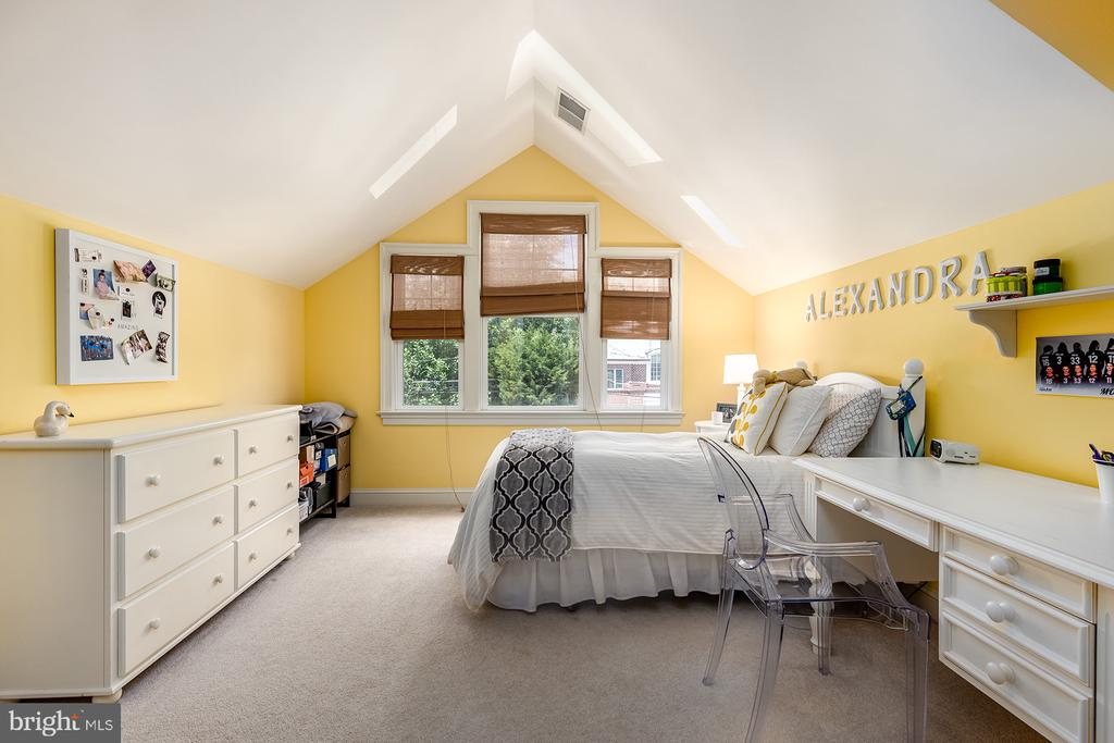 - 416 KNOLL ST NW, VIENNA