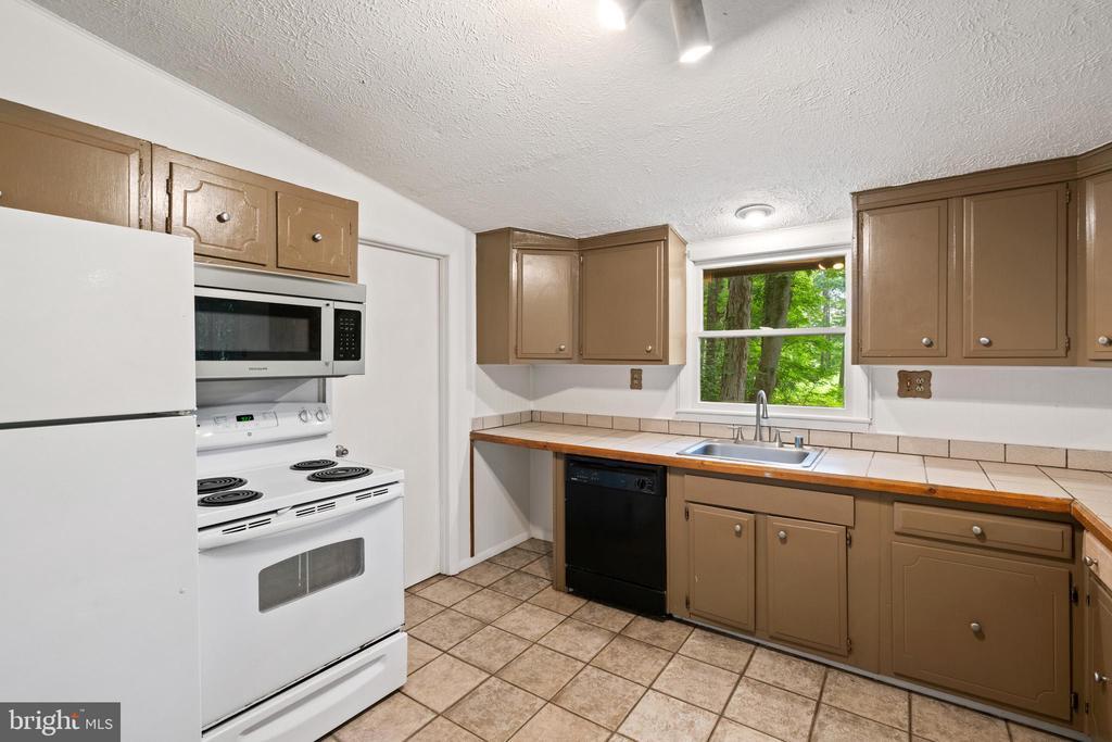 Kitchen - 535 MT PLEASANT DR, LOCUST GROVE