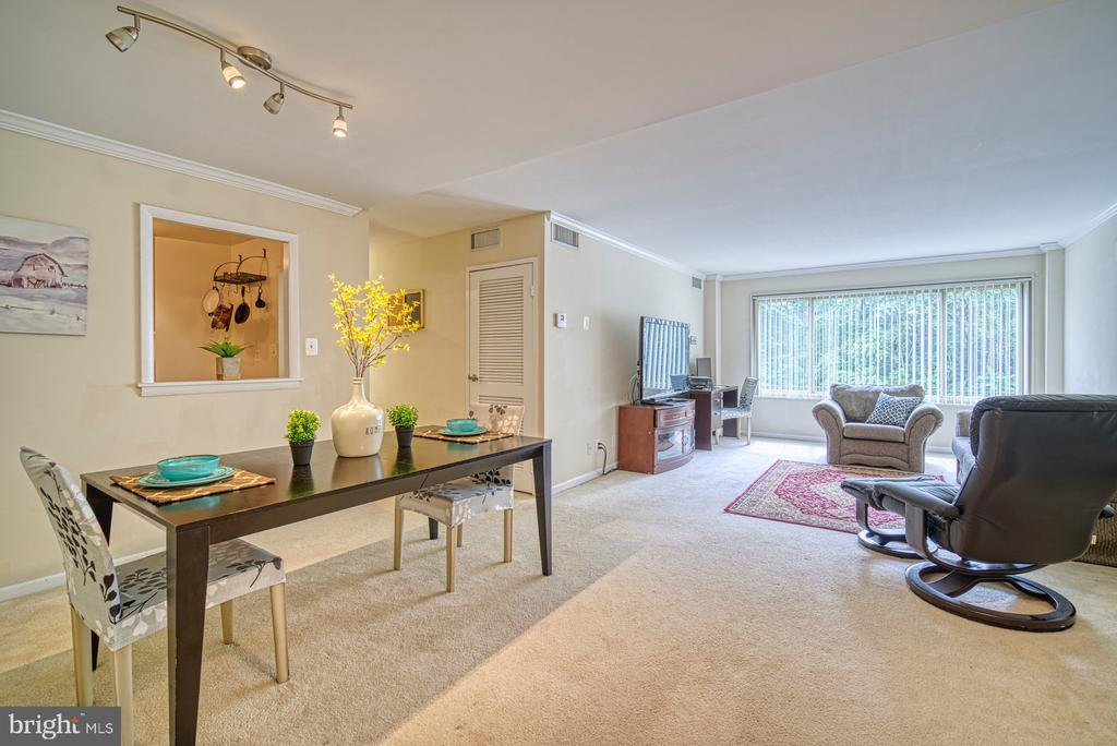 Open floor plan for dining and living space - 10570 MAIN ST #325, FAIRFAX