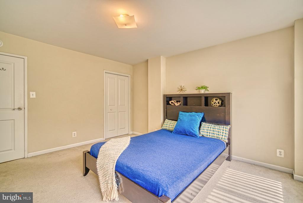Master has room for a king bed - 10570 MAIN ST #325, FAIRFAX