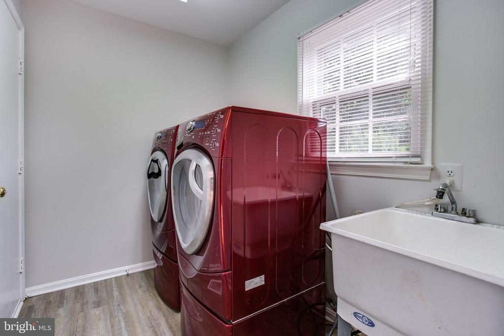 Laundry room off of garage - 19923 SILVERFIELD DR, GAITHERSBURG