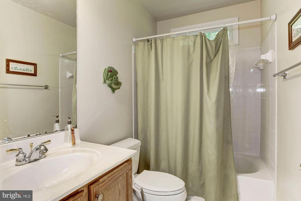 Hall Full Bath on Upper Level - 16215 CYPRESS CT, DUMFRIES
