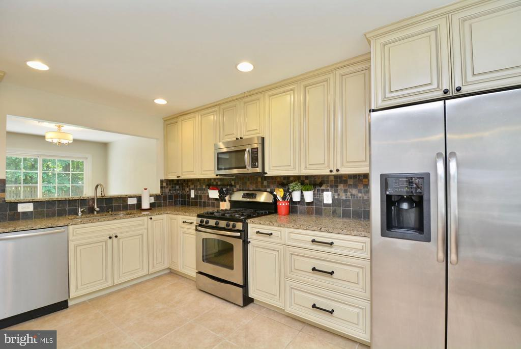 Move in ready kitchen with lots of storage. - 7701 HEMING PL, SPRINGFIELD