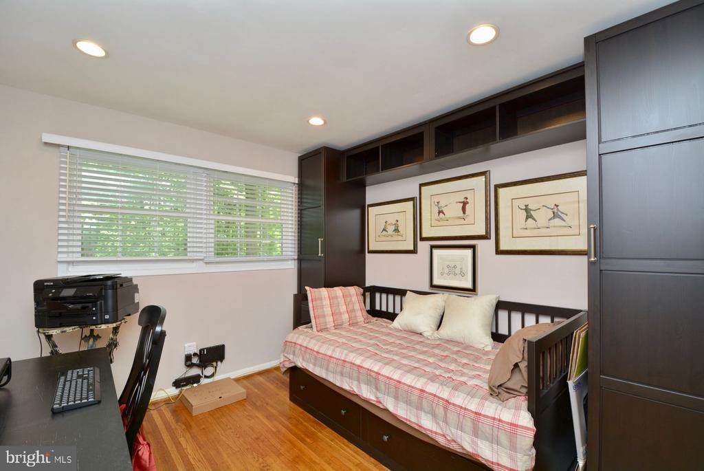 First bedroom with hardwood floors - 7701 HEMING PL, SPRINGFIELD