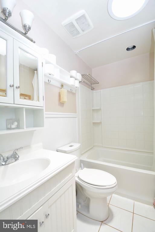 Full bath with skylight. - 7701 HEMING PL, SPRINGFIELD